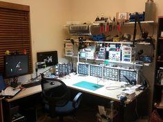 Nice electronics workbench! Electronics Projects, Electronics Storage, Workbench Designs, Diy Workbench, Diy Cnc, Project Arduino, Electronic Workbench, Electronic Shop, Electronic Devices