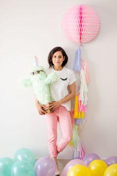 Y para celebrar decidí hacer un post especial de aniversario como si fuera una fiesta, con un fondo decorado con globos, tassel garland y una piñata en forma de Cactus, sencillo y súper decorativo.