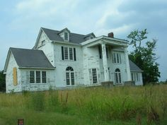 Abandoned House-Nashville Tennessee This is an interesting old house located in Nashville, Tennessee. The photo is courtesy of graveaddiction.com. You can click on the title and it will take you to the grave addiction website where you can view more photos and other abandoned houses and buildings, some with interesting stories to go with them. The photo was taken by Lee Vervoort.