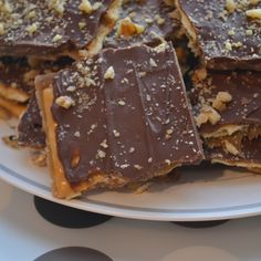 Saltine Toffee Super easy to make and sooo good! Great for parties! I made a batch with butterscotch chips and a batch with white chocolate chips and my friends said it was like crack cocaine! Saltine Toffee, Cracker Toffee, Toffee Recipe With Crackers, Candy Recipes, Cookie Recipes, Dessert Recipes, Yummy Recipes, Recipies, Holiday Baking