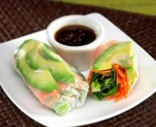 This Avocado Spring Roll recipe can be made with just 6 ingredients and 10 minutes of preparation time. Youll be on your way to a refreshing snack or appetizer with creamy avocados, chicken, lettuce, crunchy carrots and a little bit of dipping sauce. Avocado Recipes, Vegan Recipes, Cooking Recipes, Apple Recipes, Healthy Snacks, Healthy Eating, Sushi, Spring Rolls, Summer Rolls