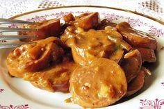 Na kolečka nakrájená uzenina s plátky cibule ve vařeném pikantním nálevu. Po rozležení v chladu chutná výtečně.