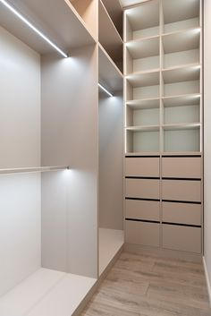 Whether you have a large or a small master closet, you can keep a clutter free closet with our master bedroom closet ideas. Small Walk In Wardrobe, Walk In Wardrobe Design, Small Master Closet, Wardrobe Design Bedroom, Master Bedroom Closet, Sliding Wardrobe, Wardrobe Doors, Walk In Closet, Home Decor Trends