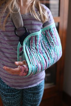 DIY Sling - Noodlehead If I ever break my arm I want one of these! ~Noodlehead DIY Sling sewing quilting<br> DIY Sling - Noodlehead, sewing for the injured. A DIY quilted sling using the fabric collection Geometric Bliss by Jeni Baker. Fabric Crafts, Sewing Crafts, Sewing Projects, Sewing Diy, Sewing Hacks, Sewing Tutorials, Sewing Ideas, Kids Arm Sling, Arm Cast