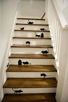 trap (zonder muisjes) - mice and mouse holes on the front of every stair step