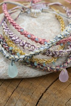 Free crochet tutorial: Hemp macrame cord by Sara Singuglia (Inside Crochet, 11 Sep. 2013), makes a fine necklace, anklet, or friendship bracelet.