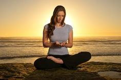 Lotus position on the edge of a cliff Relax, Lotus Position, Qigong, Mindfulness Meditation, Healthy Tips, Positivity, Celestial, Fotografia, Psychology