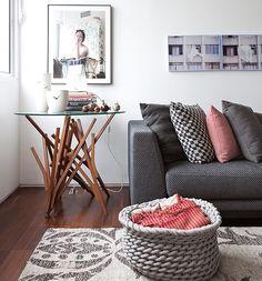 A mesa de canto deste projeto do arquiteto Pablo Alvarenga deixa o ambiente mais descontraído. Os diversos pés do apoio são um espetáculo à parte na decoração