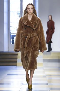 Watch the livestream of the Jil Sander show ready-to-wear collection Fall/Winter 2017 from Milan.
