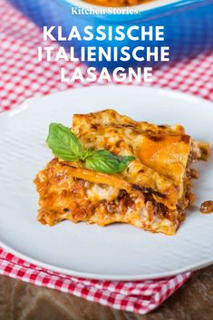 Classic Italian lasagna- Klassische italienische Lasagne Everyone should once their own, classic do! We have that for you, with which you succeed step by step this Italian classic. Pizza Recipes, Potato Recipes, Lunch Recipes, Fall Recipes, Healthy Recipes, Slow Cooker Recipes, Cooking Recipes, Italian Lasagna, Kitchen Stories