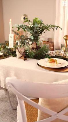 Süßer, äh Verzeihung grüner die Glocken nie klingen und während sich einige Weihnachtsmuffel noch vor dem Fest der Liebe sträuben, zeigen wir euch im dritten Teil aus unserer Serie festliche Tischdeko, mit welchen Tipps und Tricks man selbst mit jeder Menge natürlichen Elementen für einen großen weihnachtlichen Wow-Effekt an einer gedeckten Tafel sorgen kann. Interior Design Living Room, Living Room Designs, Morning Food, Tricks, Diy Home Decor, Events, Table Decorations, Furniture, Floral Arrangements