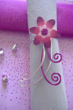 Rond de serviette fleur rose sur fil aluminium