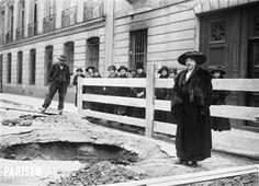 Guerre 1914-1918. Bombardement aérien allemand. Cratère creusé par une bombe. Paris, rue de Lille (VIIème arr.), 1918.