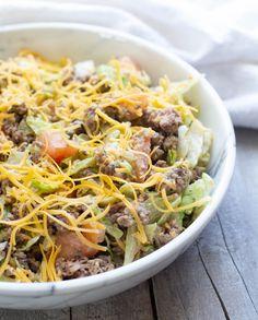"""Salade """"Big Mac"""" santé Big Mac Salad, Les Croquettes, Salads, Ethnic Recipes, Food, Pearl Couscous Salad, Raw Beetroot Salad, Cherry Tomatoes, Essen"""