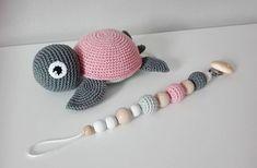 Gerade zurück und schon gehts los ! Das wollte ich schon lange zeigen: Eine Schildkröten-Spieluhr nach der Anleitung von @vibemai mit passender Schnullerkette für das Baby eines Arbeitskollegen meines Mannes. Die Kleine war ein Weihnachtsbaby #häkeln #schildkröte #schnullerkette #baby2016 #geschenkzurgeburt #spieluhr #teamrosa #handmade