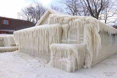 Os ventos fortes e o intenso nevoeiro causaram uma situação incomum nos Estados Unidos. Uma casa inteira ficou completamente congelada.