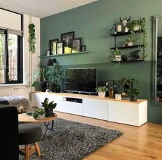 Heel veel groen (de muren en alle planten) in het interieur van Bojoura The best color combinations for your living room is one that fits the atmosphere you want to create. Find a fresh look with these living room color schemes. Design Living Room, Living Room Color Schemes, Living Room Trends, Living Room Grey, Small Living Rooms, Living Room Modern, Home Living Room, Living Room Decor, Modern Contemporary Living Room