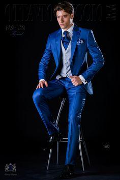 Traje italiano slim azul royal con solapa pico y un botón fantasía en tejido fresco lana. Traje de novio 1900 Colección Fashion Formal Ottavio Nuccio Gala.