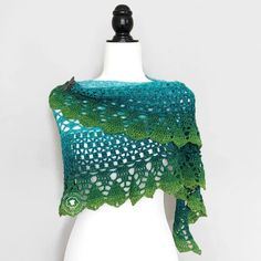 This sea shawl crochet pattern is a free pattern that brings into play the gradient effect of only ONE yarn to create a beautiful, eye-catching and fashionable Crochet Cluster Stitch, Single Crochet Stitch, Basic Crochet Stitches, Cross Stitches, Crochet Wrap Pattern, Crochet Lace, Crochet Patterns, Crochet Edgings, Crochet Motif