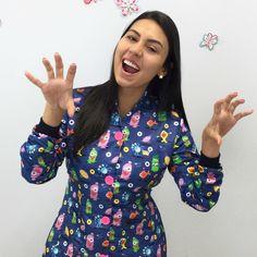 O Jaleco de Monstrinhos da Dra. Daphene é lindo! Ótima escolha para odontopediatria. Dental Cremer, Dental Uniforms, Sewing Hacks, Scrubs, Work Wear, Ideias Fashion, Floral Tops, Medicine, How To Wear