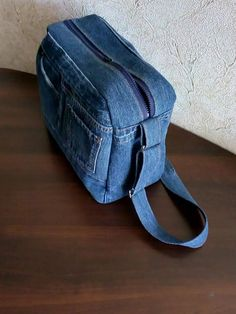 Old jeans - new ideas! 2 Bags from old jeans, the work of our members. Diy Jeans, Recycle Jeans, My Bags, Purses And Bags, Jean Purses, Mochila Jeans, Cheap School Bags, Denim Tote Bags, Denim Crafts