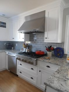 30 Nice Quartz Backsplash Kitchen Ideas - Did you ever consider remodeling home surfaces by yourself? Have you already tried using do-it-yourself Quartz Backsplash Tiles remodeling? If you wan. White Kitchen Counters, Wood Floor Kitchen, Granite Kitchen, Kitchen Reno, Kitchen Backsplash, Kitchen Remodel, Kitchen Cabinets, Quartz Backsplash, Kitchen Worktop