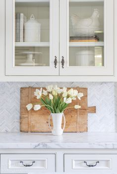 Not all artificial flowers are created equal and I have spent a lot of time sourcing the most realistic and beautiful faux options available. I'm sharing my 5 steps for how to make artificial flowers look real! Farmhouse Vases, Farmhouse Kitchen Decor, Farmhouse Paint Colors, Farmhouse Style Decorating, Spring Flower Arrangements, Artificial Peonies, White Tulips, Spring Home Decor, Elegant Homes