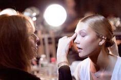 ¿Estás buscando el maquillaje perfecto para este verano 2015? Te sugiero algunas inspiraciones: cada piel a su estilo. El maquillaje perfecto, de hecho, no sólo es el que ayuda a disimular los defectos, también es aquel que hace hincapié en tus puntos fuertes y tu belleza natural. Descubre conmigo las ideas valiosas tomadas de pasarelas que inspiran a encontrar el maquillaje perfecto para ti y tu color de piel.