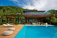 Vou postar aqui uma casa que possui um estilo contemporâneo, mas ao mesmo tempo bem tropical. O projeto é da Fernanda Marques e traz um clima despreocupado,mas que valoriza muito a paisagem natural…