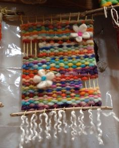 MODELO Crochet Wall Hangings, Weaving Wall Hanging, Weaving Art, Loom Weaving, Tapestry Weaving, Hand Weaving, Peg Loom, Basket Crafts, Weaving Projects