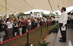 """El gobernador Javier Duarte de Ochoa fue recibido entre aplausos y ovaciones de los presentes a su llegada a la inauguración de aulas tecnológicas de la Escuela Secundaria General No. 4 """"David Alfaro Siqueiros"""""""