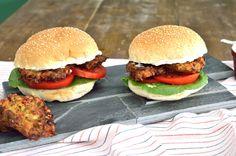 ΥΛΙΚΑ  2 στρογγυλά ψωμάκια για μπέργκερ, κατά προτίμηση ολικής άλεσης ή πολύσπορα 4 κολοκυθοκεφτέδες 1 ντομάτα, κομμένη σε ροδέλες 2 φύλλα μαρουλιού κρέμα τυρί