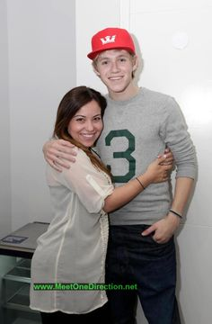 OMG I WANT A PICTURE WITH NIALL LIKE THIS,,,,Wait... He is tall....0_0 that makes it even cuter!!! Hehehe
