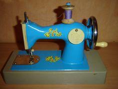 VINTAGE SOVIET RUSSIAN HAND-CRANK CHILD'S SEWING MACHINE TOY ussr kid