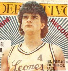 Ricardo Arjona perteneció a la Selección de Baloncesto de Guatemala en su juventud. #Arjona #Guatemala #Basketball #History Baseball Cards, Retro, Sports, World, Ricardo Arjona, Celebrity Photos, Antique Photos, Singers, Youth