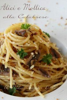 Pasta con alici e mollica alla calabrese Popular Italian Food, Best Italian Recipes, Pasta Dishes, Food Dishes, Delicious Dinner Recipes, Healthy Recipes, Italian Food Restaurant, Fish Pasta, Paste Recipe