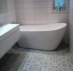 Historisk flis med røtter fra - Lilly is Love Tile Saw, Pbteen, White Tiles, Bathroom Shelves, Bathroom Storage, Shelving, New Homes, Bathtub, Flooring