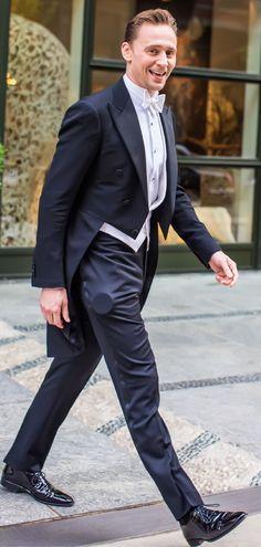 Tom Hiddleston smiles for the cameras as he heads to the Met Gala on May 2, 2016. Full size image: http://ww3.sinaimg.cn/large/6e14d388gw1f3i3salybdj22fe3n3hdt.jpg Source: Torrilla, Weibo
