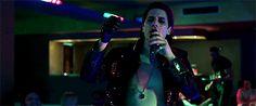 """Luca Marinelli aka """"lo zingaro"""" che canta Un'emozione da poco di Anna Oxa nel film Lo chiamavano Jeeg Robot VIDEO: ..."""