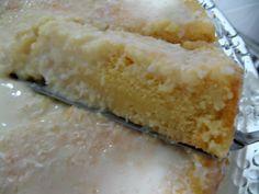 Bolo de Refrigerante - Bater na batedeira 5 ovos com 1 xícara de açúcar. Ao ficar bem fofo, adicione 2 xícaras de farinha de trigo, ainda batendo, até ficar homogêneo.   Com uma colher, misture 1 e ½ xícara (250ml) de Fanta sabor laranja e 1 colher de fermento em pó.  Coloque em uma assadeira untada e enfarinhada.  Leve ao forno pré-aquecido 180°c por 30 minutos ou até dourar.