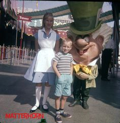 The Mad Hatter looks like he wants to devour that poor kid's soul. 16 Vintage Disney Parks Character Photos That Will Make Your Skin Crawl Disneyland Vintage, Disneyland California, Disneyland Park, Disney Tips, Disney Parks, Walt Disney, Disney Ideas, Disney Theme, Disney Stuff