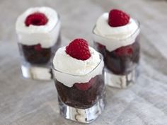 No-Bake Raspberry Cheesecake Parfaits Recipe - quick, delicious and easy desserts to make for your Valentine's Galentine's Day party! Easy To Make Desserts, Köstliche Desserts, Delicious Desserts, Dessert Recipes, Yummy Food, Quick Dessert, Diabetic Desserts, Cheesecake In A Glass, Raspberry No Bake Cheesecake