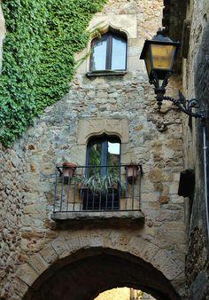 http://guias-viajar.com/ Rincón del pueblo gótico Pals en el Bajo Ampurdán en la Costa Brava de Cataluña