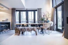 BINNENKIJKEN | In een zelf ontworpen woning in Assen Sliding Door Curtains, Interior Styling, Interior Design, Interior Ideas, Home And Living, Living Room, Grey Room, Home Alone, Cool Rooms