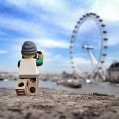 El mundo Lego es el tema del momento; a través de películas, carteles y en esta ocasión un shooting en donde se la aventura de un pequeño juguete fotógrafo. http://www.linio.com.mx/libros-y-musica/