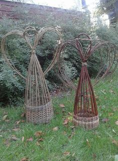 Charming Hanging Plants ideas to Brighten Your Patio – Gardening Decor Twig Crafts, Garden Crafts, Garden Projects, Rustic Garden Decor, Rustic Gardens, Outdoor Gardens, Willow Weaving, Basket Weaving, Willow Furniture