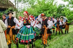 Traditional wedding in folk costumes from Łowicz, Poland. Polish Wedding, Polish Folk Art, Indigenous Tribes, Central And Eastern Europe, Popular, Folk Clothing, Character Costumes, Folk Costume, People Around The World