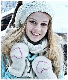 Oppskrift på tovete votter har vært en gjenganger i julekalenderene jeg har hatt. Da jeg la ut bilde av små hjertevotter for litt siden, fi... Winter Hats, Quilts, Barn, Fashion, Creative, Pictures, Moda, Converted Barn, Quilt Sets