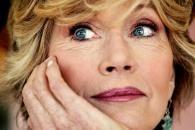 Fille d'un monstre du cinéma, actrice féministe et francophile, icône sexy, militante pacifiste controversée, chrétienne pratiquante, adepte de la méditation bouddhiste, reine du fitness, auteure à succès, Jane Fonda est une star multi-facettes, magnifique et toujours étincelante à bientôt 75 ans.