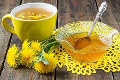 Um Löwenzahnhonig herzustellen, brauchst Du keine Bienen. Dieser Honig ist eher ein dicker Sirup, schmeckt aber dank der sattgelben Löwenzahnblüten so richtig nach bunter Frühlingswiese.